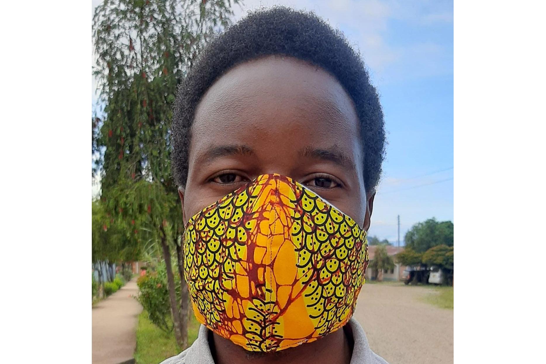 Tansanier mit Atemschutzmaske